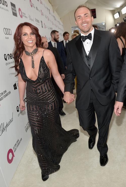 Britney Spears nóng bỏng tham dự bữa tiệc bên lề Oscar do ca sĩ Elton Johantổ chức. Cô nắm chặt tay chàng người tình David Lucado kém 4 tuổi. Đây là lần đầu tiên Britney đưa bạn trai tới một sự kiện lớn của showbiz sau một năm hẹn hò.