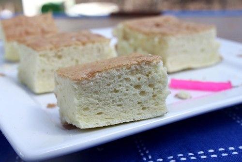 Từng miếng bánh bông lan xốp mềm, tan trong miệng, thơm mùi vỏ cam.