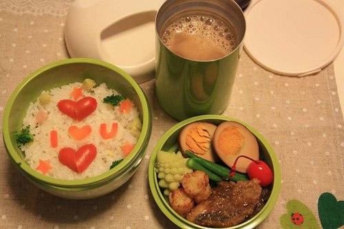 Hộp cơm đủ dinh dưỡng lại đẹp mắt mà bạn chuẩn bị sẽ giúp bữa cơm của chàng thêm ngon miệng và hâm nóng tình yêu của hai người.