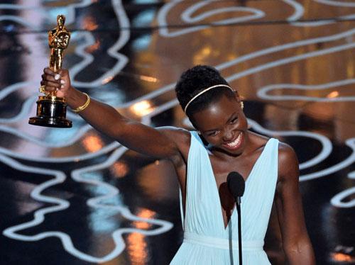 Lupita Nyong'o và tượng vàng Oscar cho vai diễn đầu tay trong sự nghiệp.