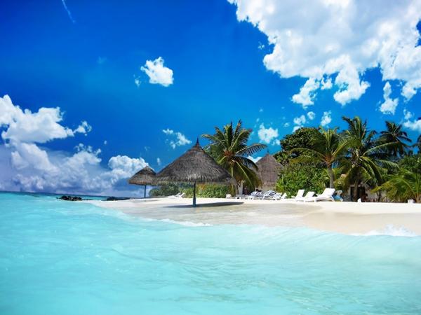 Làn nước biển xanh trong, nắng vàng, bờ biển cát trắng trải dài ở Phú Quốc mê hoặc bao du khách. Ảnh: TalkVietnam