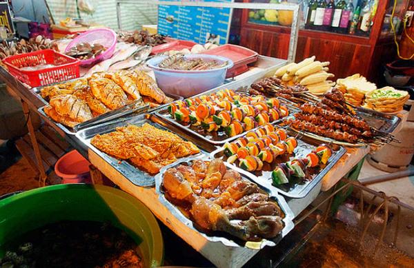 Chợ đêm Dinh Cậu nổi tiếng