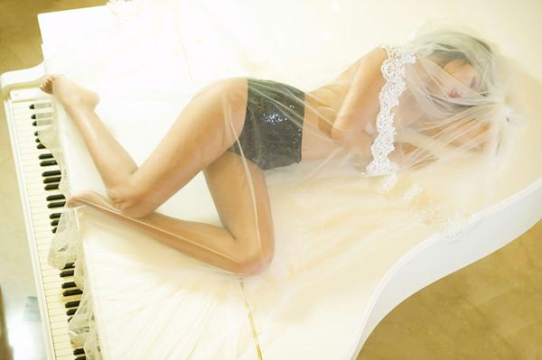Hà Anh bán nuy cùng đàn piano - dùng dây váy che ngực trần