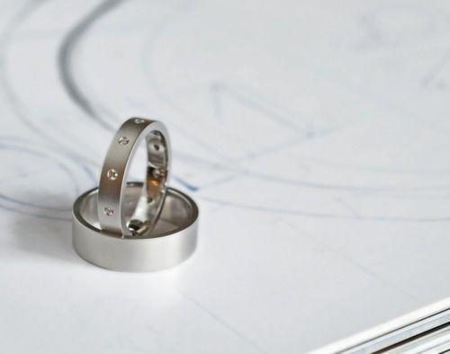 So sánh nhẫn cưới bạch kim và vàng trắng