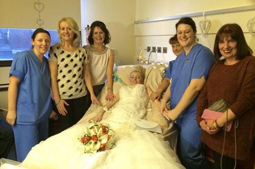 Cô dâu chụp ảnh kỷ niệm cùng bạn bè và các y tá.