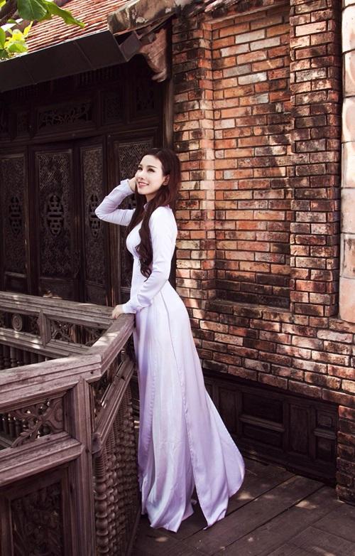 Diễn viên Hải Hà cũng đồng tình với cô bạn của mình: Mặc áo dài cũng áp lực thật đấy! Có câu người đẹp vì lụa, nhưng áo dài không chỉ là trang phục mà còn là quốc phục. Vậy nên nếu mặc mà không biết chú ý lễ nghi sẽ gây phản cảm, rất đáng phê bình. Người đẹp nói thêm: Riêng Hà thì thích nhất vẫn là những bộ áo dài màu nhạt, trơn, giản dị& khiến cho cả mình và người khác nhìn vào đều cảm thấy thư thái, gây thiện cảm.