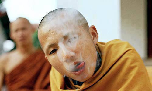 Nhiều nhà sư còn bị chụp ảnh khi đang uống bia, hút thuốc; trái với những quy định lễ giáo nhà Phật.