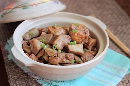 Thịt gà đậm đà, quyện lẫn với vị bùi bùi của khoai môn cao, vừa quen vừa lạ.