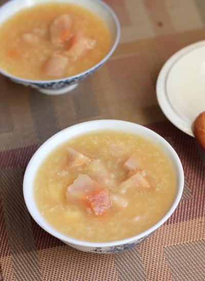 Khoai môn bùi bùi, quyện lẫn với gạo nếp dẻo thơm tạo thành món chè hấp dẫn, nấu xong múc ra ăn nóng thật hợp trong mùa đông.
