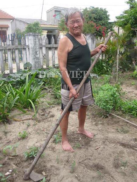 Ở tuổi 75, ông Khi vẫn có sức khỏe rất dẻo dai.