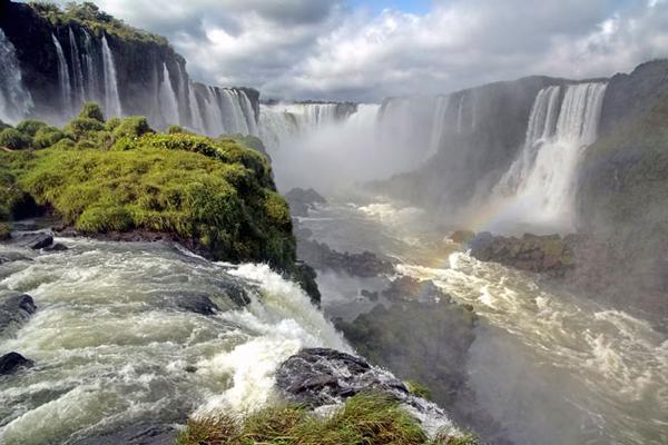 Nằm trong nhóm những thác nước lớn nhất thế giới, thác nước Iguaçu nằm giữa biên giới hai nước Brazil và Argentina thu hút mỗi năm hơn 7 triệu du khách tới thăm. thác nước Iguaçu rộng hơn thác nước Victoria và cao hơn thác Niagara nên không còn nghi ngờ khi người ta nói nó đẹp và ấn tượng hơn cả hai thác nước kia gộp lại. Với chiều rộng 2.700m, ngày ngày hàng tỉ mét khối nước đổ ầm ầm từ trên độ cao 90m xuống cánh rừng nguyên sinh ở phía dưới.