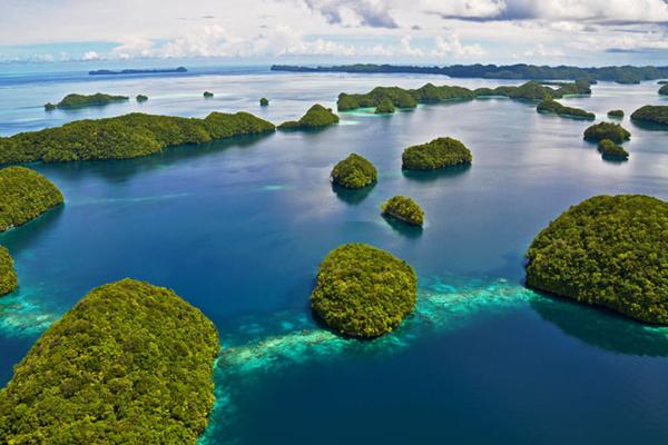 Rock Islands được ví như một mê cung màu ngọc lục bảo nổi trên mặt biển. Quần đảo này trải dài khoảng 200km, gồm nhiều hòn đảo đá vôi san hô lớn, nhỏ, mang hình dáng độc nhất vô nhị, một số có hình thù giống như những cây nấm tròn nổi trên biển. . Năm 2012, quần đảo này được ghi tên trong bảng Di sản văn hóa thế giới của Tổ chức Unesco.