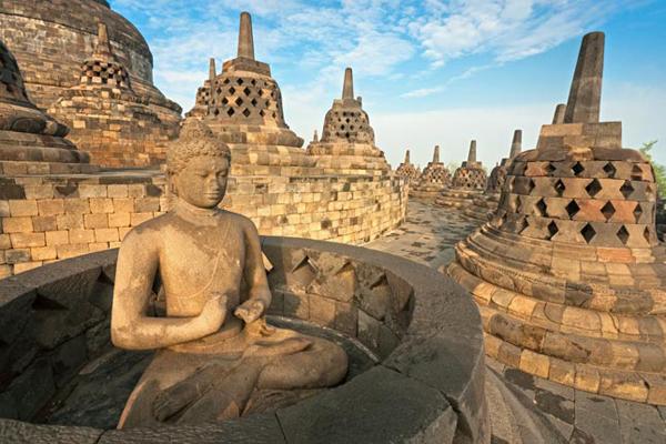 Borobudur toạ lạc trên một đỉnh đồi cao, nhìn từ trên xuống, ngôi đền gồm tám lớp xếp thứ tự theo hình vuông tròn, đồng tâm với tháp Phật ở trung tâm cao đến 35m. Vì thế, nó giống như một đoá sen khổng lồ tác thành từ nguồn vật liệu duy nhất là đá núi lửa.  Có rất nhiều lý do để du khách từ khắp thế giới tìm đến Indonesia nhằm khám phá ngôi đền Phật giáo Đại thừa Borobudur, bởi đó là viên ngọc của thế giới di sản, là đền thờ Phật độc đáo nhất thế giới. Hãng truyền hình CNN cũng từng nhận định vẻ đẹp bình minh trên Borobudur là một trong 27 điểm du lịch trên thế giới nên đến trước khi chết.