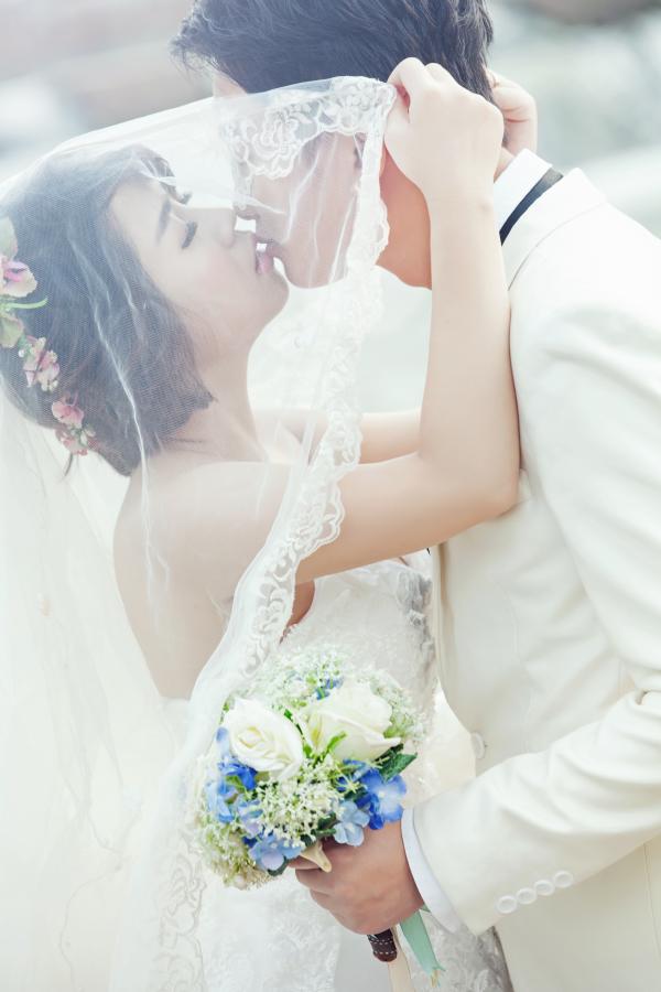 Cô dâu nhẹ nhàng khăn voan trong ảnh cưới