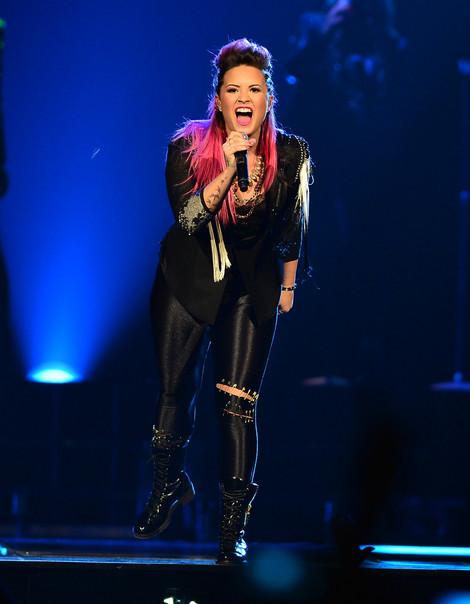 Demi Lovato ho ra máu vẫn không nghỉ diễn - hình ảnh 2