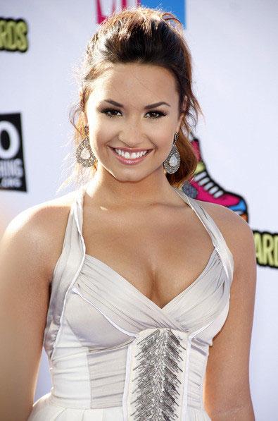 Demi Lovato ho ra máu vẫn không nghỉ diễn - hình ảnh 1