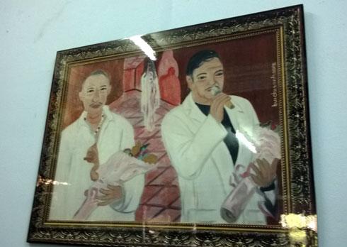 Trên tường của đạo diễn treo nhiều bức tranh quý do bạn bè, những họa sĩ nổi tiếng, tặng ông.