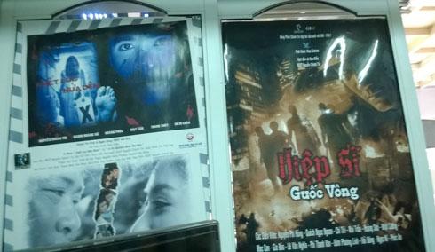 Các poster phim được treo khắp nơi trong gian nhà đạo dien4.