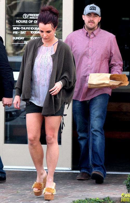 Street style lôi thôi của Britney Spears - hình ảnh 7