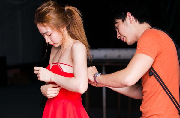 Ngân Khánh loay hoay giữ ngực áo