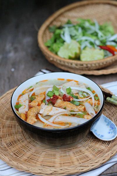 Cuối tuần bạn hãy trổ tài đãi cả nhà món súp nui gạo với phần chả suông từ tôm thịt ngọt, nước dùng thơm đậm đà, trẻ con hay người lớn đều thích.