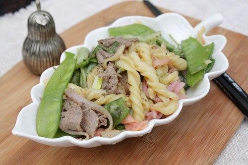 Món ăn với nui gạo nhiều màu sắc đẹp mắt và phần thịt bò mềm, được xào cùng với rau, ăn không ngán lại đủ dinh dưỡng cho cả nhà.