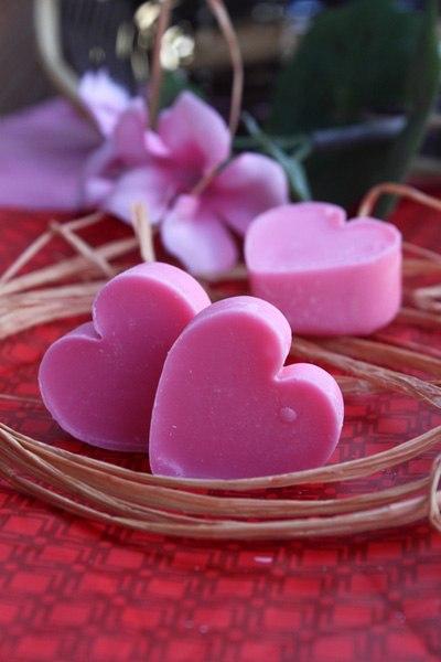 Những chiếc kẹo hình trái tim màu hồng xinh được làm từ chocolate dâu tây sẽ khiến 'người ấy' ngất ngây