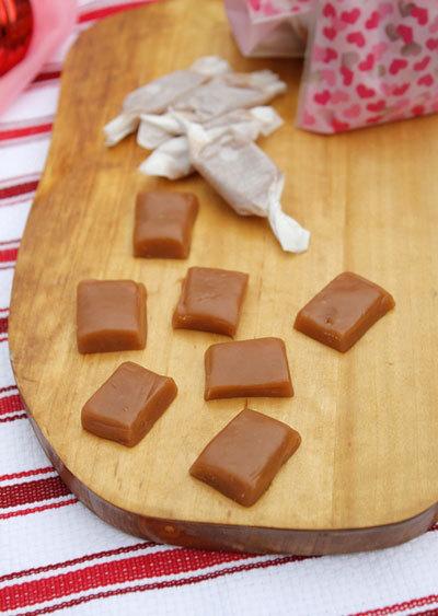 Từng viên kẹo caramen mềm béo ngậy, thơm mùi sữa, bạn có thể cho vào túi nhỏ dùng làm quà tặng bạn bè, người thân để đêm Giáng sinh thêm ấm áp.