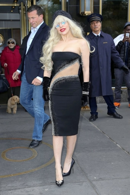 Lady-Gaga-in-Atelier-Versace-O-6013-9101