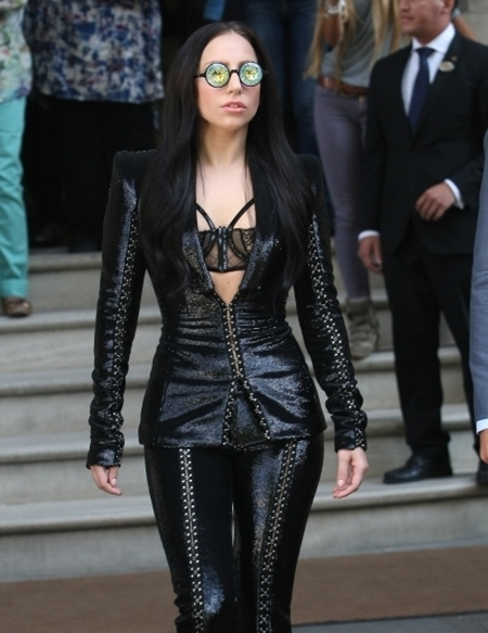 Lady-Gaga-leaving-her-hotel-1-7031-2112-