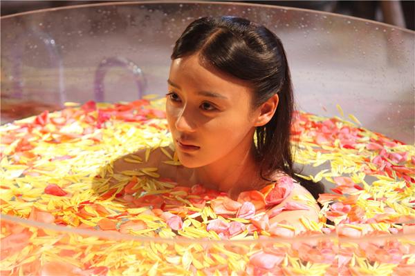 Diễn viên trẻ Viên San San tắm khỏa thân cùng hoa trong phim
