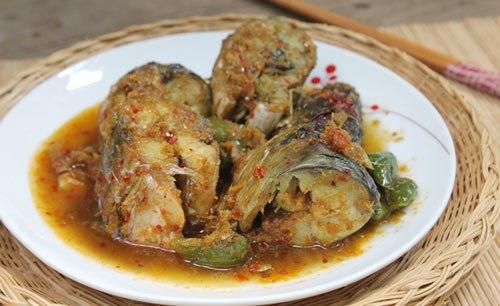 Vị thơm của sả, quyện lẫn mùi thơm của gừng, cay cay của ớt, cá thấm gia vị và thịt cá chắc.