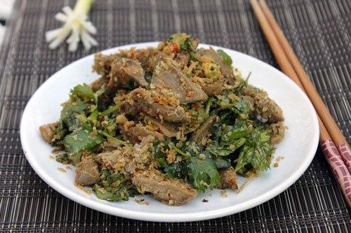 Lưỡi lợn giòn giòn, được xào với sả, thêm vị cay cay của ớt, dùng làm món mặn ăn với cơm hay món nhắm đều ngon.