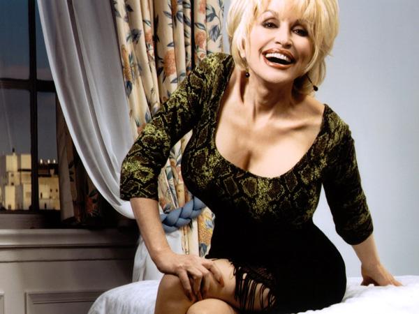 Khuôn ngực ngoại cỡ tròn trịa và đầy đặn của Dolly Parton đã gây ấn tượng mạnh với khán giả. Nhiều thập kỷ trôi qua, nó vẫn được nhắc đến là một trong những biểu tượng sexy nhất mọi thời đại.