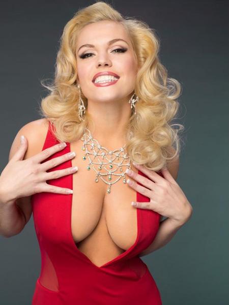 Vòng một của Anna Nicole Smith căng tròn đẫy đà trong những bộ trang phục nịt chặt. Không chỉ nổi tiếng nhờ ngực, người mẫu còn nổi tiếng nhờ sở hữu tài sản kếch xù.