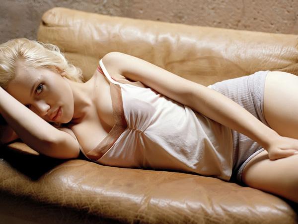 Scarlett Johansson nổi tiếng nhờ bộ ngực nở nang tự nhiên.