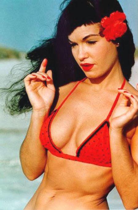 Đầu thập niên 1960, khuôn ngực của Bettie Page phô bày vẻ gợi cảm sexy hơn so với các sao Hollywood cùng thời như Mansfield hay Marilyn Monroe.