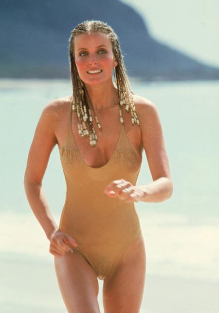 """Cảnh chạy bộ nhẹ nhàng trên biển trong bộ đồ bơi màu nude trong phim """"10"""" khiến Bo Derek và bộ ngực của cô trở nên nổi tiếng."""