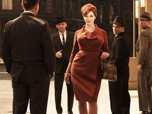 """Vòng một nóng bỏng của Joan Holloway trong """"Mad Men"""" (Christina Hendricks thủ vai) đã mang trào lưu đường cong ngoại cỡ trở lại giới thời trang."""