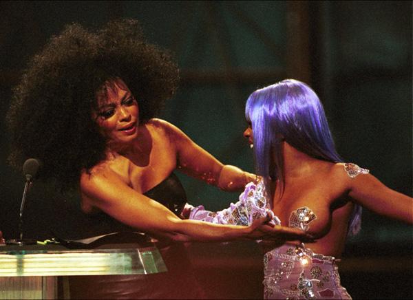 Bầu ngực trái của ca sĩ Lil Kim bỗng trở nên nổi tiếng khi được Diana Ross dùng tay đưa đẩy ở lễ trao giải Video Music Awards 1999.