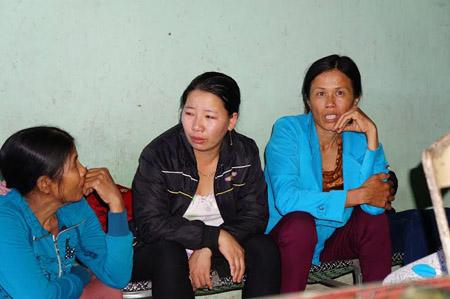 Người thân và hàng xóm đau xót trước cái chết của ba mẹ con cô giáo Diệu.