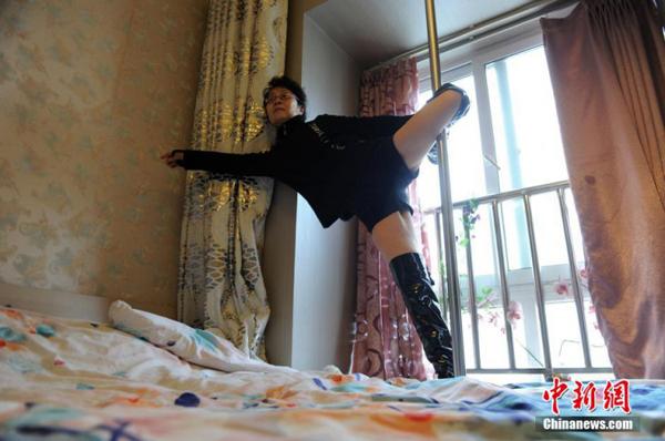 750px-pole-dance-granny-1.jpg