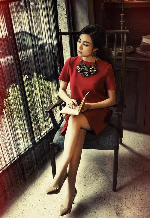Hoàng Thuỳ Linh yêu kiều váy áo nữ tính