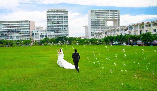 Chụp ảnh cưới lãng mạn nơi đồng cỏ xanh