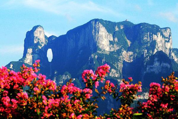 Cổng trời nằm ở núi Thiên Môn, tỉnh Hồ Nam, Trung Quốc, chỉ cách Trương Gia Giới hùng vĩ khoảng 8 km về phía Bắc. Thiên Môn Sơn hay còn gọi là núi Cổng Trời, nằm trong khu thắng cảnh Vũ Lăng Nguyên, nơi đã được UNESCO công nhận là di sản thế giới.
