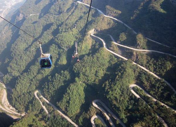 Con đường dẫn tới Cổng Trời được hình thành trên những khúc cua quanh co, được ví với con rồng khổng lồ, nếu nhìn từ trên cao. Con đường khoảng gần 11km khá dốc, tăng độ cao từ 200m lên tới độ cao 1300m với 99 khúc cua.
