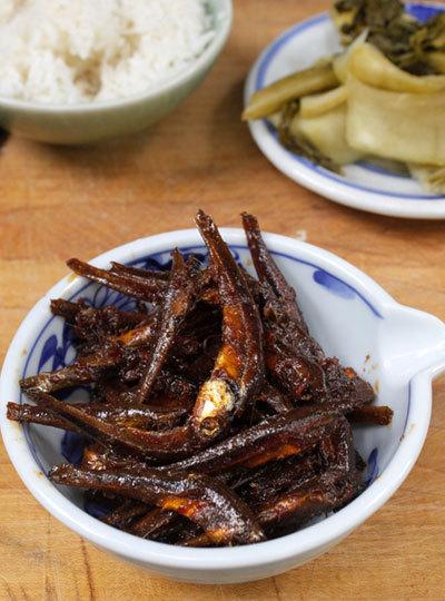 Món mặn với vị thơm của riềng, cay của ớt, từng con cá thấm gia vị, ăn vào ngày thời tiết se lạnh cùng cơm nóng ngon tuyệt.