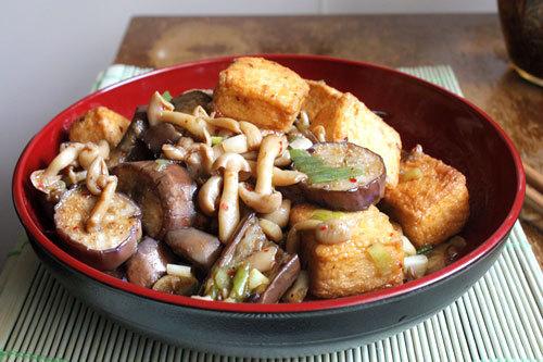 Món ăn với nguyên liệu đơn giản, dễ nấu, đậu phụ và nấm giòn thêm cà tím, làm món xào ăn với cơm.