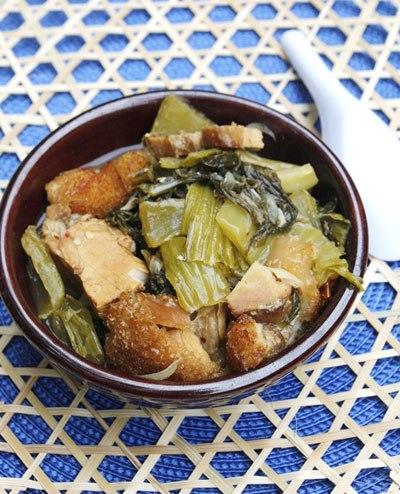 Vị thơm của thịt heo quay giòn bì cộng thêm vị chua của dưa cải muối sẽ tạo nên một sự kết hợp thú vị cho bữa cơm nhà bạn.
