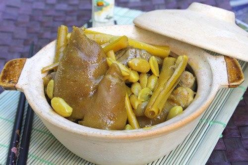 Móng giò lợn nấu hon với vị sánh béo của chân giò, thơm mùi sả, mang lại cảm giác lạ miệng nhưng không ngán, có thể dùng kèm với xôi trắng hoặc cơm.